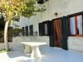 veranda con tavolo in pietra
